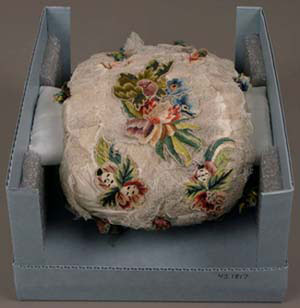 Muff, French, Silk satin, linen lace, wired flower appliqué embroidery, silk floss flowers, silk chenille, silk plain-weave lining, 25.5 x 18.5 x 7.6 cm (10 1/16 x 7 5/16 x 3 in.), The Elizabeth Day McCormick Collection, 43.1817.