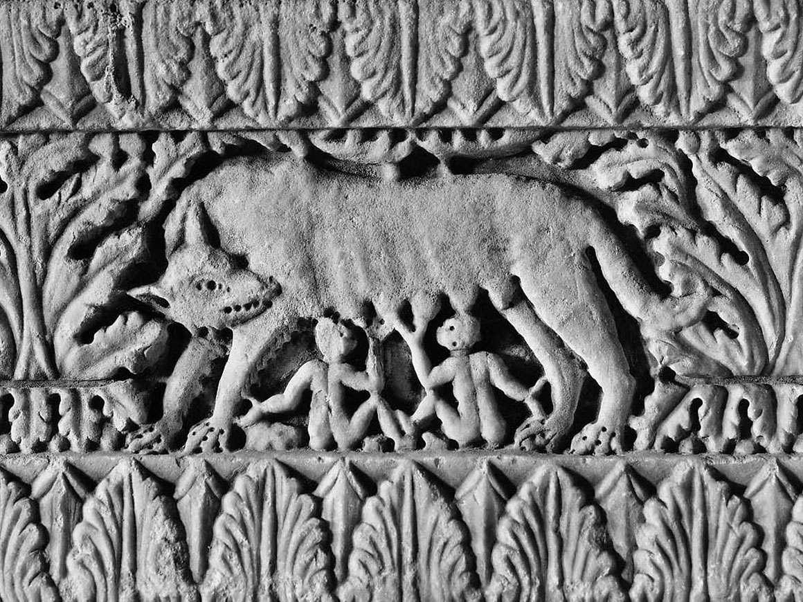 意大利雕刻的基地的细节与罗慕洛和Remus(细节)从13世纪初