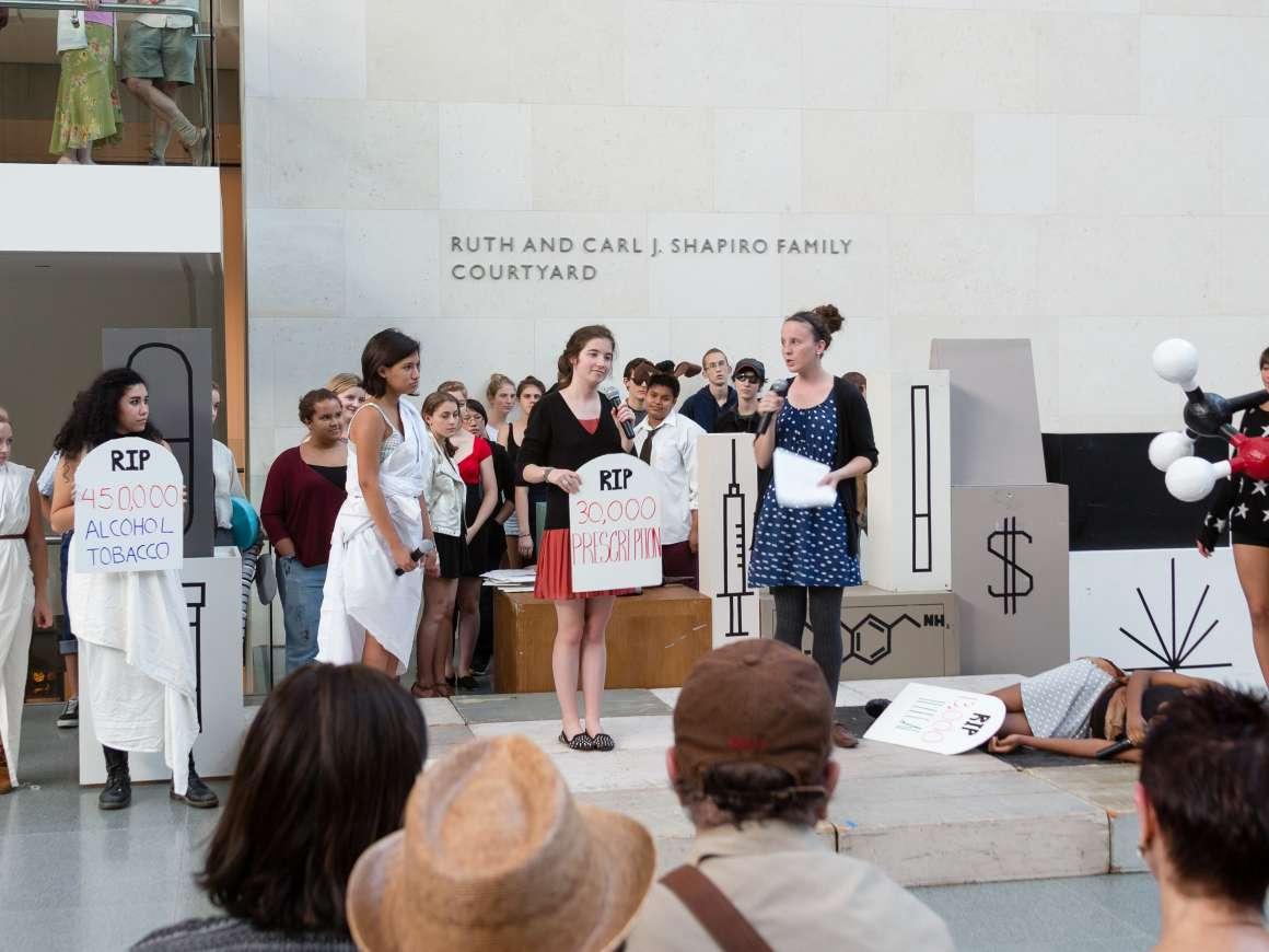 Pedro Reyes,Pharmasphere,2013年。与美术学院学生演员和观众志愿者合作表演。
