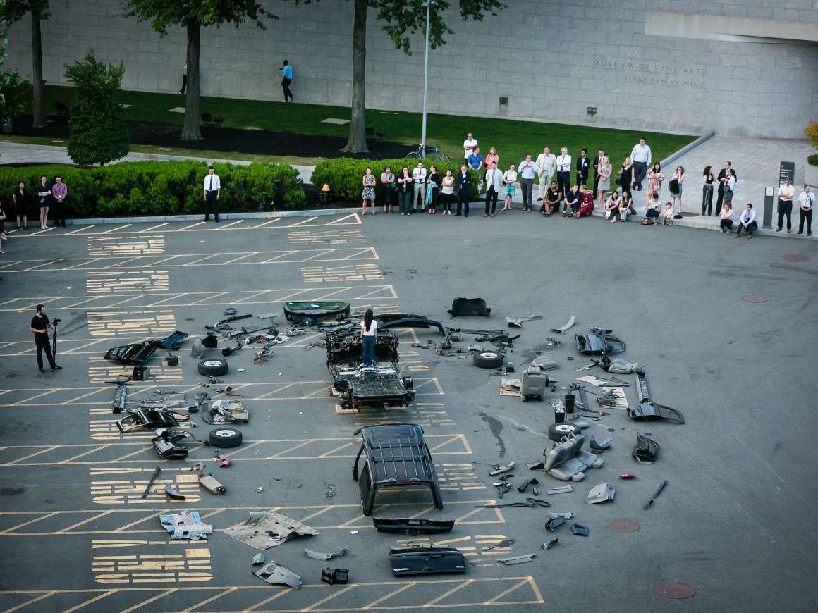 ReginaJoséGalindo,Big Bang,2014.展览中的表演艺术作品全球许可/PrácticasGlobales:来自Ella Fontanals-Cisneros Collection的拉丁美洲艺术作品。
