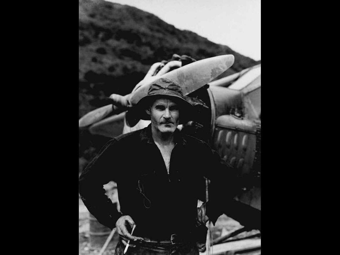 布拉德福德沃什本的照片,鲍勃里夫与他永远存在的香烟和持有人,Valdez Mudflats,阿拉斯加