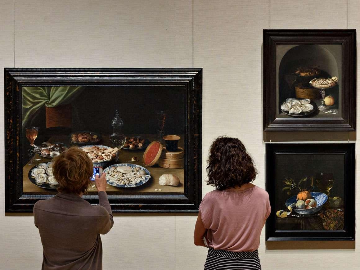 "在243画廊,参观者在Osias Beert的作品""Still Life with Various Vessels on Table""中观看"