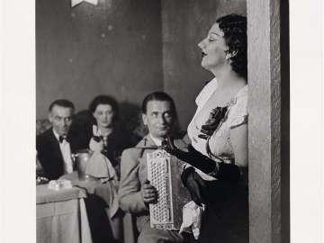 Kiki singing in a Montparnasse cabaret (Kiki Chantant dans un cabaret de Montparnasse)