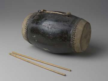 Barrel drum (huagu) and two mallets