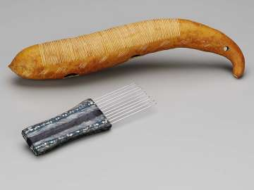 Scraper and comb (raspa)