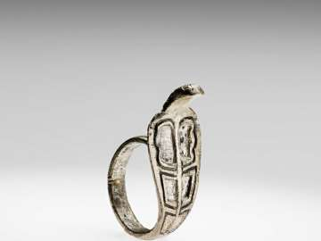 Finger ring in the form of a rearing cobra