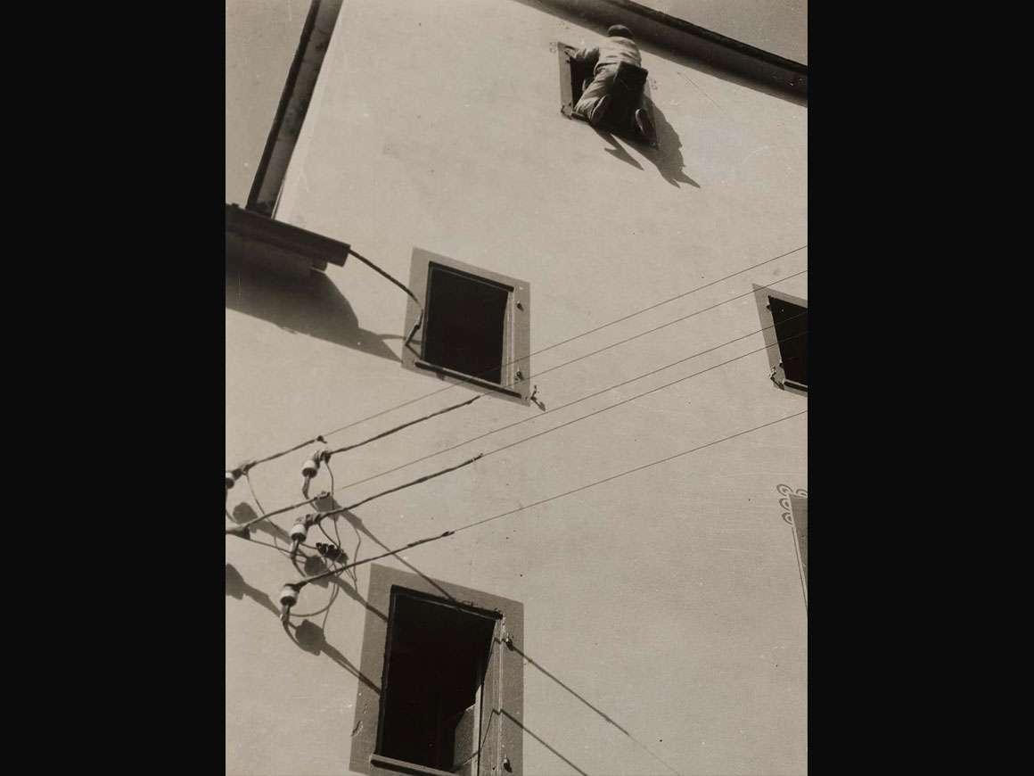 László Moholy-Nagy, Malarbeiter, Switzerland (Painter at Work), 1925
