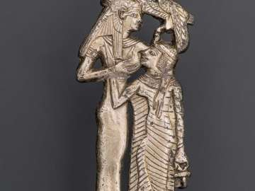 Amulet of Hathor nursing a queen