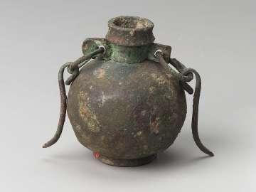 Oil flask (aryballos) with a handle and a short chain