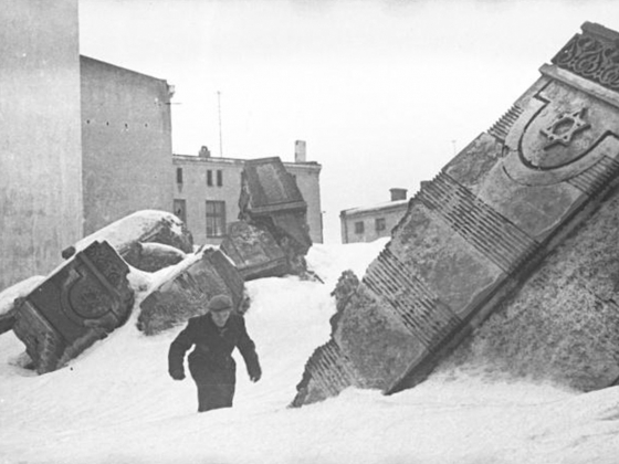 enryk Ross, Lodz Ghetto: Man walking in winter in the ruins of the synagogue on Wolborska street (destroyed by Germans 1939)