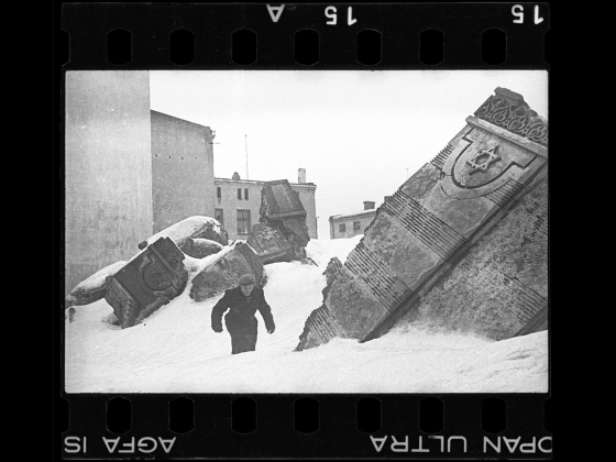 Henryk Ross's photograph, Man walking in winter in the ruins of the synagogue on Wolborska street (destroyed by Germans 1939), 1940