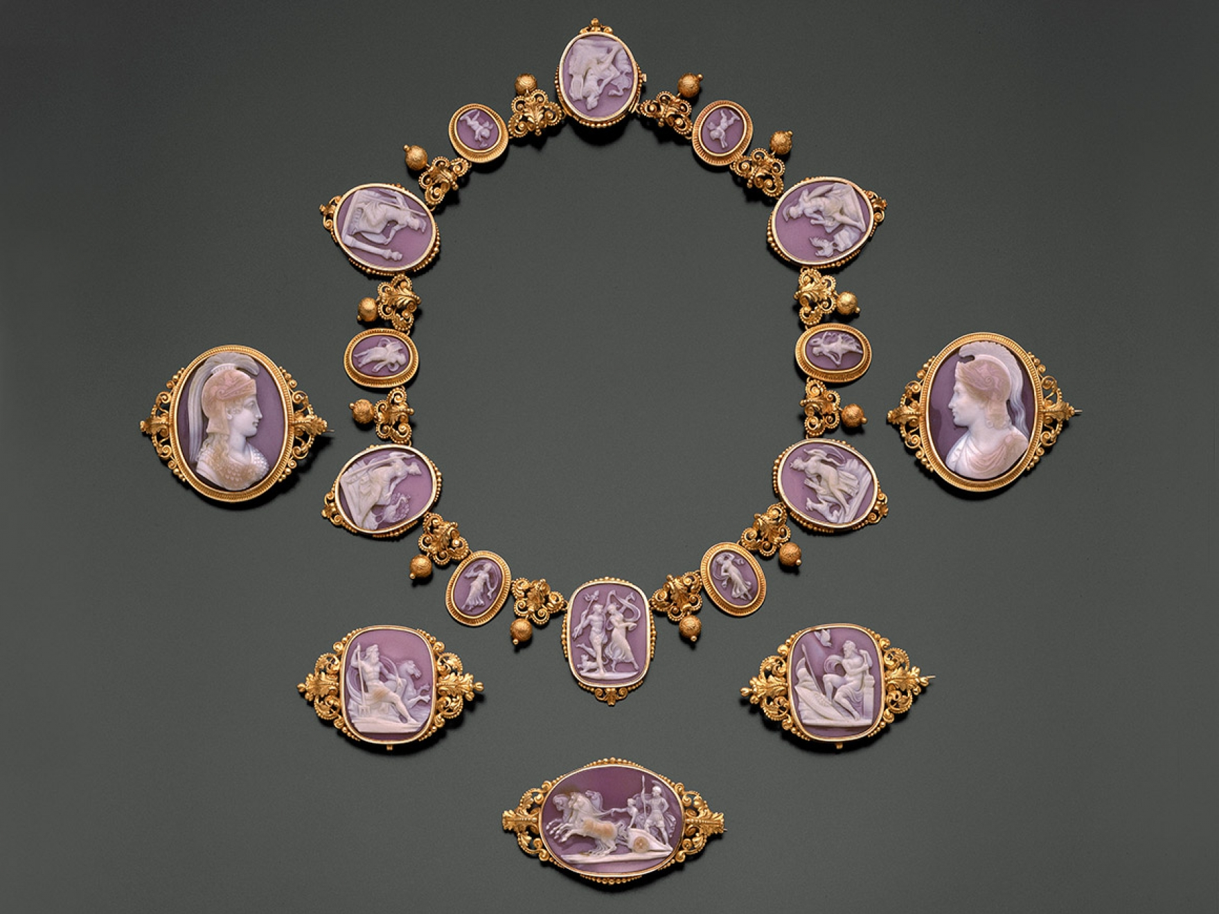 Necklace and brooches made of shell and gold