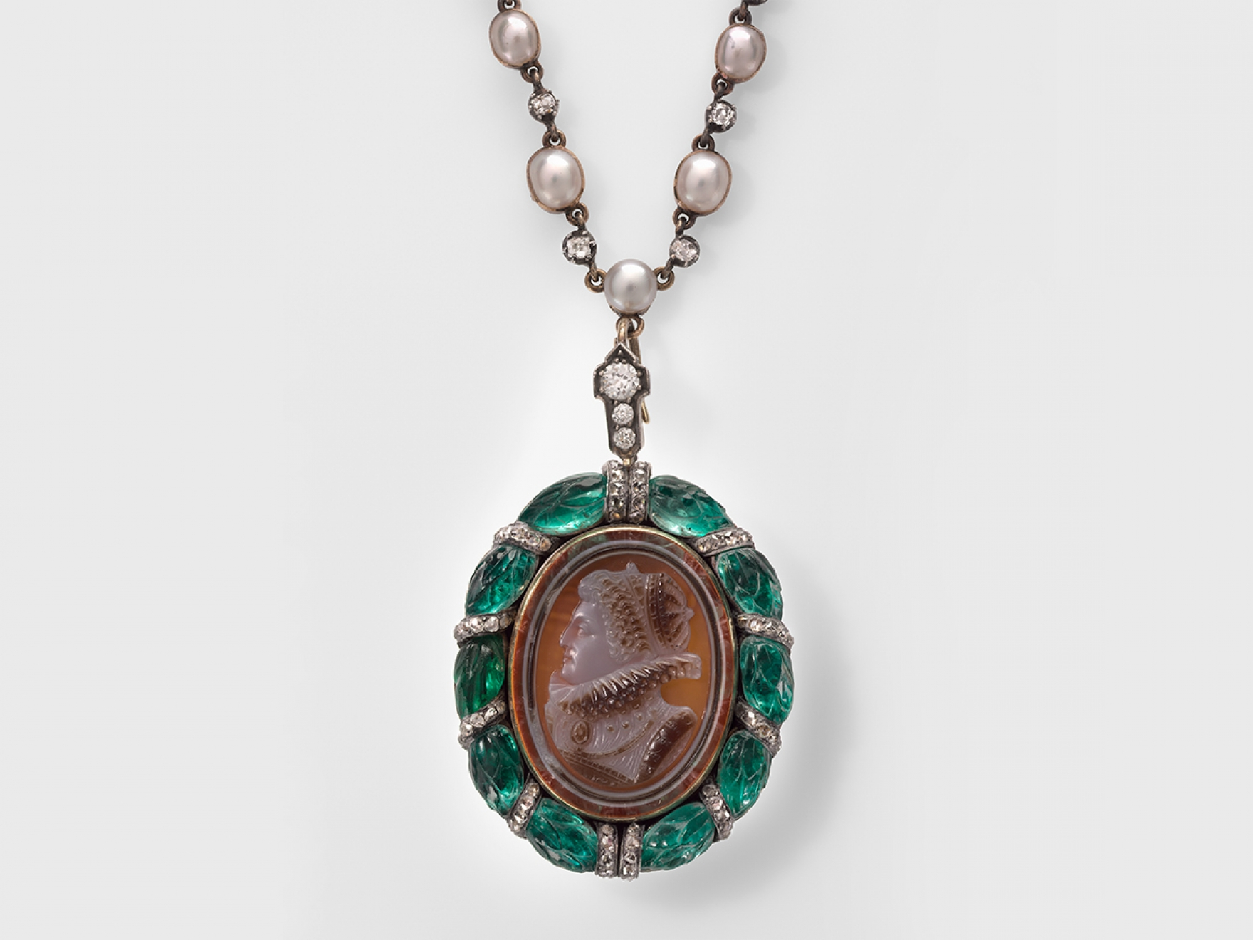 Necklace with a cameo of Elizabeth I, made from gold, silver, diamond, emerald, pearl, agate, and glass