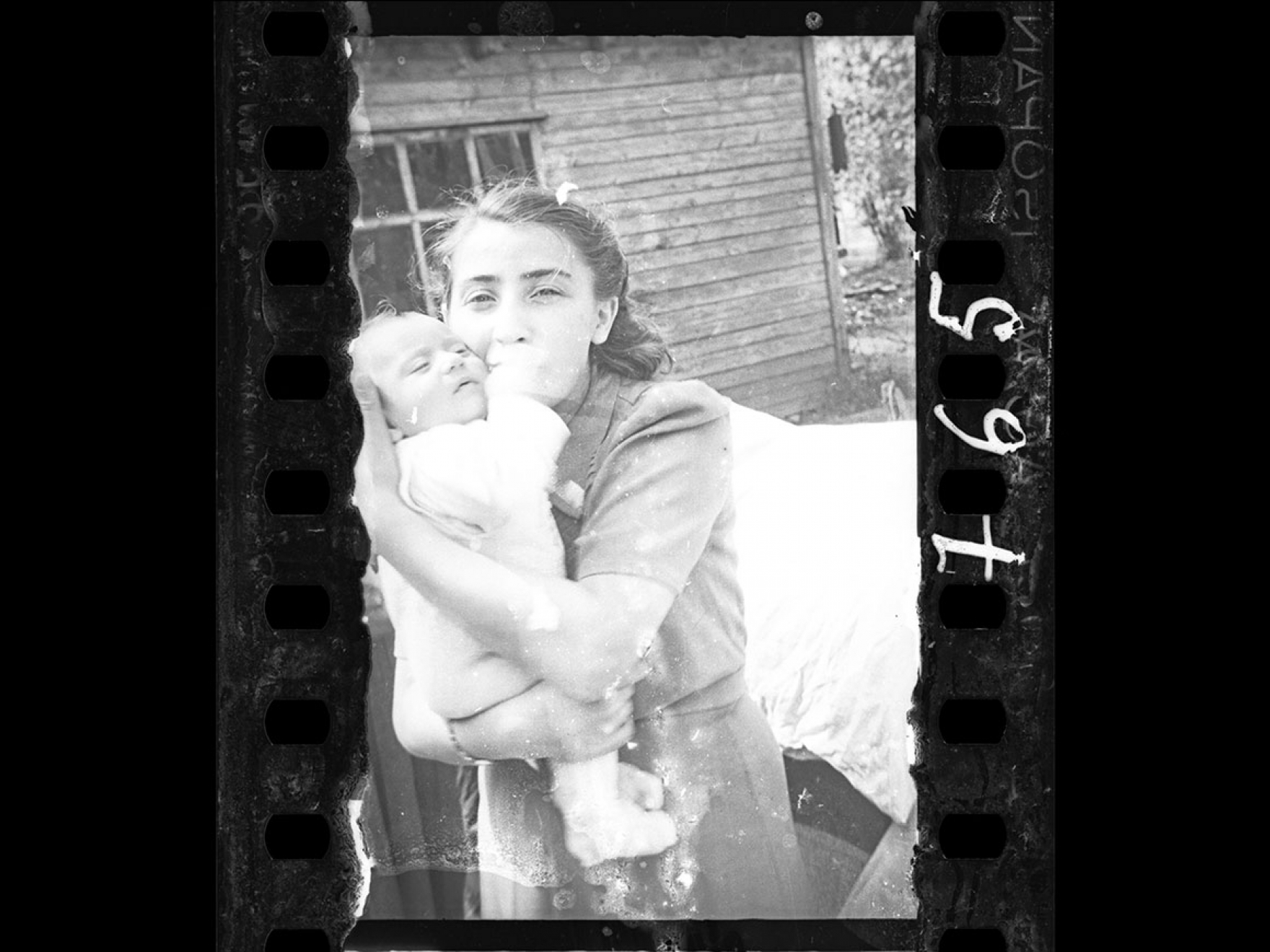 Henryk Ross's photograph, Woman with her child (Ghetto policeman's family), 1940–42